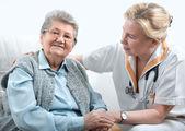 Zdravotnický pracovník a starší žena — Stock fotografie
