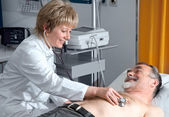 Doctor performing an EKG test — Stock Photo