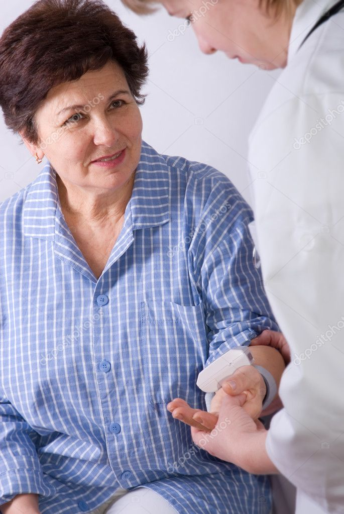 Doctor measuring the blood pressure of a patient  — Stock Photo #6868840