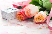 Bouquet of roses and gift box — Stock Photo
