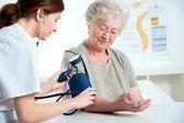 测量血压 — 图库照片