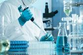 Wetenschapper werken in het laboratorium — Stockfoto