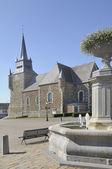 喷泉和教会,西格尼 le petit 阿登 — 图库照片