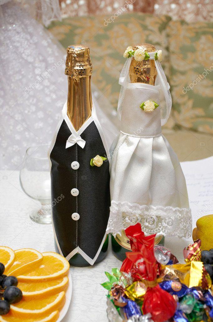 garrafas de champanhe em roupas de casamento - Imagem Stock: 7303990