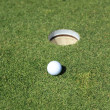 Golf ball on a green - Foto Stock