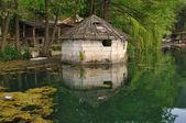 Dom nad jeziorem — Zdjęcie stockowe
