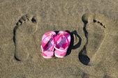 Children's slippers on the beach — Stock Photo