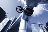Pipelines de la zone industrielle, en acier dans les tons bleus — Photo