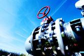 工業地帯、鋼鉄パイプラインおよびバルブの青い空を背景 — ストック写真
