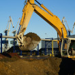 Hydraulic excavator at work. Shovel bucket and cranes against bl — Stock Photo