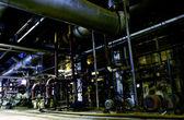 Buizen, buizen, machines en stoomturbine op een elektriciteitscentrale — Stockfoto