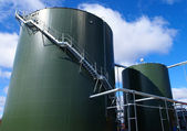 Industrial zone, Steel pipelines and tanks against blue sky — Stock Photo