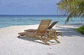 Iki sandalye karşı beyaz kum plaj — Stok fotoğraf