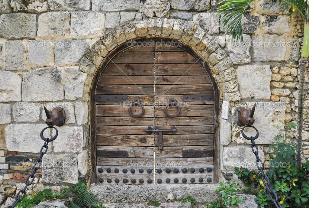 Locked wooden door of a castle with round doorknobs and chains  — Stock Photo #6916004