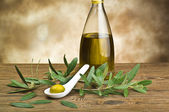 Green olives in spoon whit bottle and leaf — Foto Stock