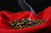 Humeante café y granos de café — Foto de Stock