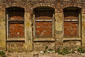 Danos na cidade de indústria, tijolo arruinado edifício com — Fotografia Stock