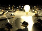 Uma lâmpada incandescente entre outras lâmpadas — Fotografia Stock
