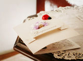 Weddeng carte postale sur une table. style vintage. — Photo