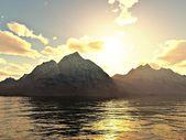 Solnedgång över bergen med sjön i förgrunden — Stockfoto