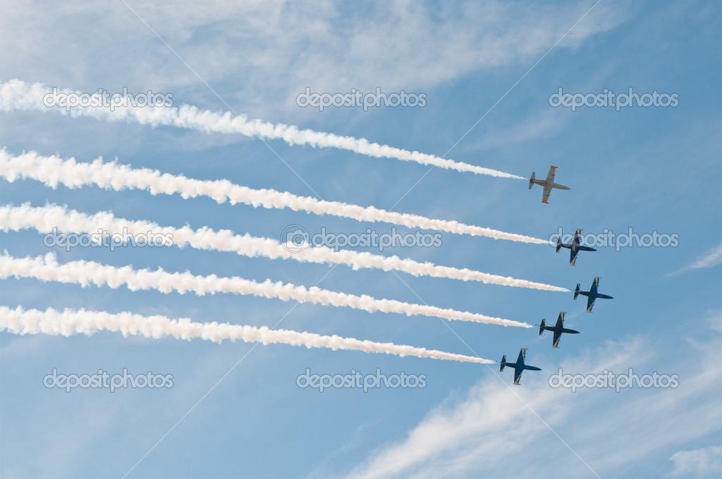 Civil airplanes making aerobatic manoeuvres at the International Aviation and Space salon MAKS 2011, August 16, 2011 at Zhukovsky, Russia — Stock Photo #6932308