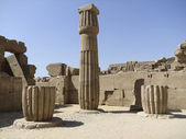 Columna de piedra alrededor del recinto de amón — Foto de Stock
