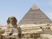 Sphinx and Pyramid of Khafre — Stock Photo