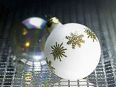 Ornamented white christmas bauble — Stock fotografie
