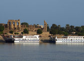 Ships in front of Kom Ombo — Stock Photo