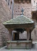 Historic well in the Haut-Koenigsbourg Castle — Stock Photo