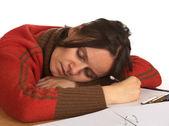 Mujer caucásica joven muy cansada de escribir — Foto de Stock