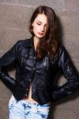 Hezká mladá žena v černé kožené bundě — Stock fotografie