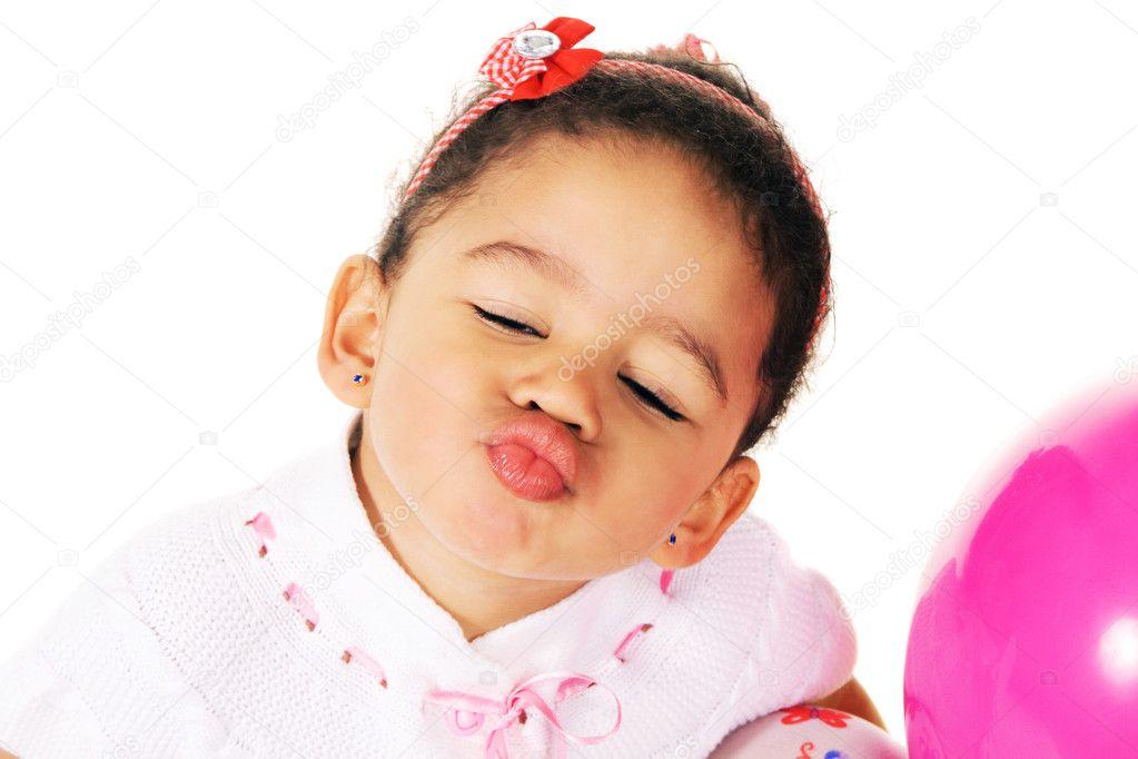 可爱的小女孩给一个吻