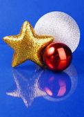 Três diferentes brinquedos de Natal em fundo azul — Fotografia Stock