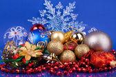 Juguetes de navidad sobre fondo azul con copo de nieve — Foto de Stock