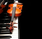 Violin on the piano — Stock Photo