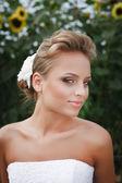 Красивая невеста в белом платье — Стоковое фото
