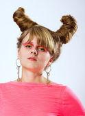 Bella donna bruna con trucco rosa — Foto Stock