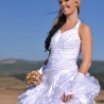 hermosa novia posando en el día de su boda — Foto de Stock