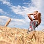 快乐的女人在金黄的麦田 — 图库照片