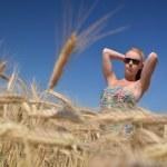 donna felice nel campo di grano dorato — Foto Stock #7193634