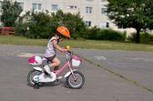 自転車に女の赤ちゃん — ストック写真