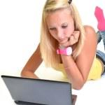 Блондинка девочка с ноутбуком — Стоковое фото