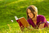 Beautiful woman reading a book in the park — Stock Photo