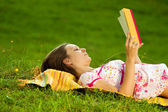 Beautiful woman reading in the park — Stock Photo
