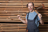 Uomo con martello e ascia — Foto Stock