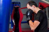Boxeador entrenando con una bolsa de arena — Foto de Stock