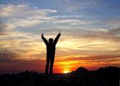 силуэт женщины на вершине горы — Стоковое фото
