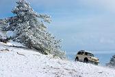 Voiture tout terrain sur le paysage d'hiver — Photo