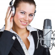 Femme souriante devant un microphone casque — Photo